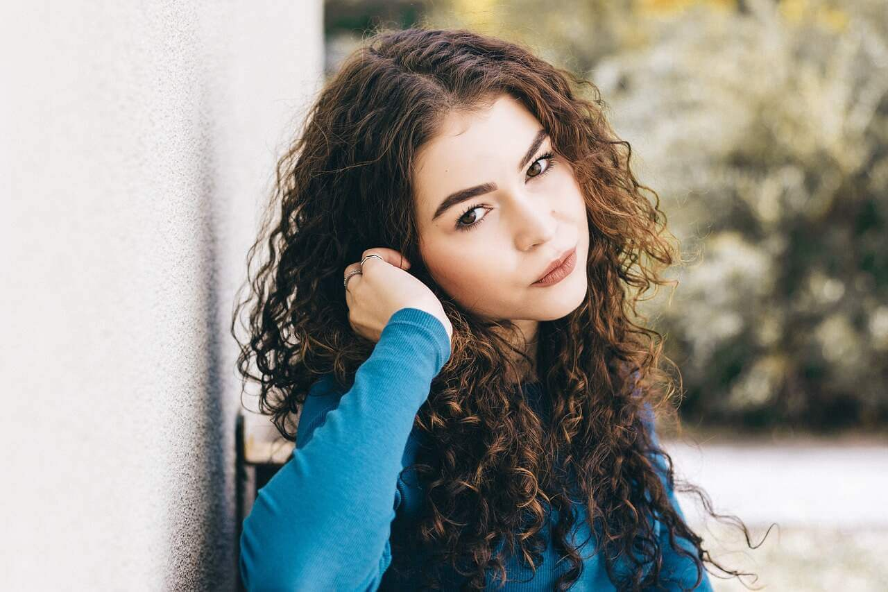 How do shampoos and conditioners for curly hair work